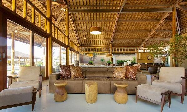 Sala de estar rústica com telhado de cerâmica aparente.
