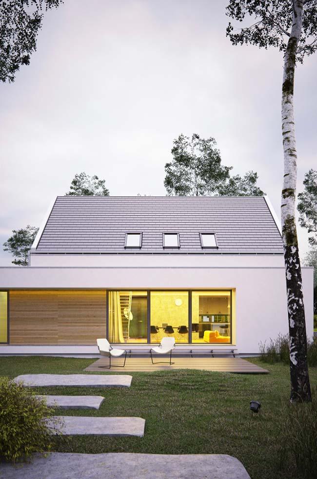 Casa moderna com claraboia e telhado de telhas granilhadas.