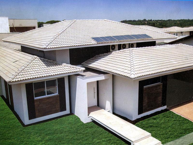 Casa ampla térrea com telhado de concreto.