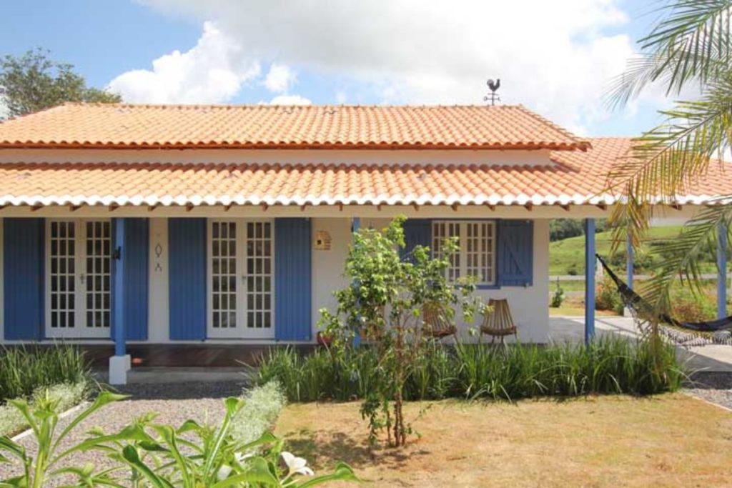 Casa de campo com telhado colonial.