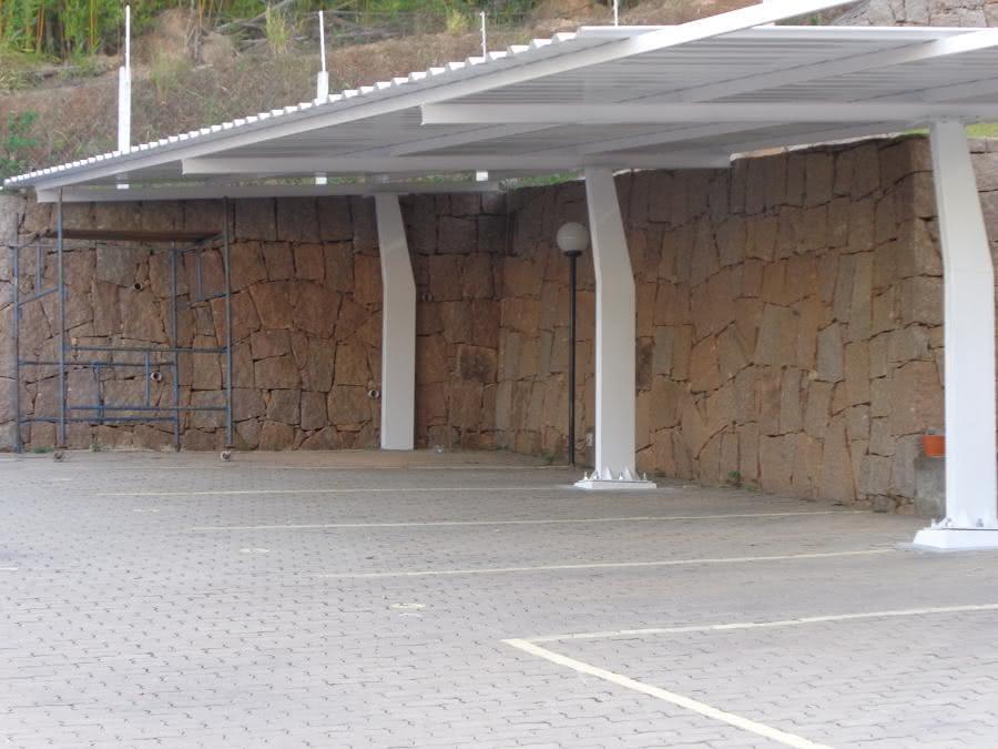 Estrutura metálica com telhas de aço galvanizado para carros.