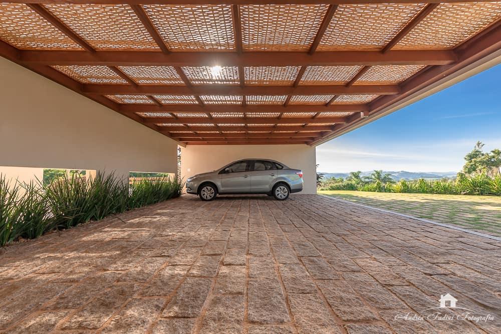 Cobertura para garagem moderna de madeira.