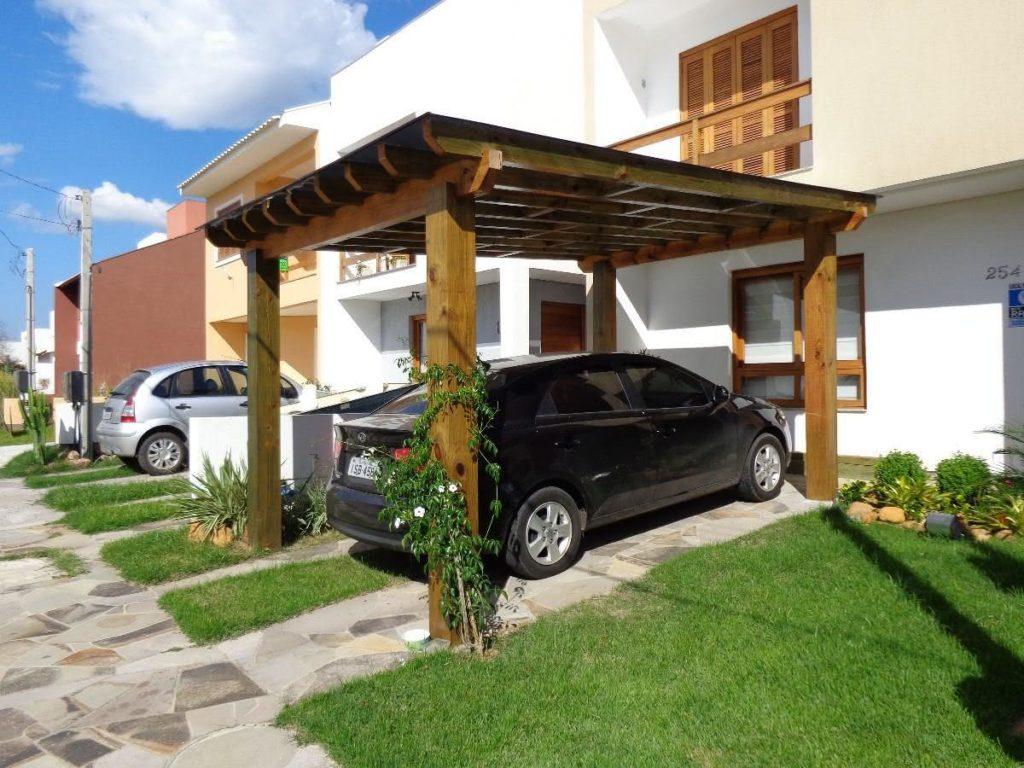 Cobertura para garagem de madeira com telha metálica.