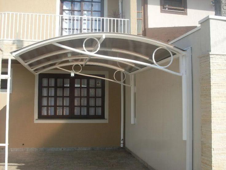 Cobertura para garagem metálica com estrutura decorada.