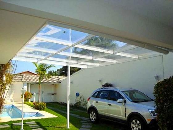 Área externa com estrutura metálica e vidro para proteção.