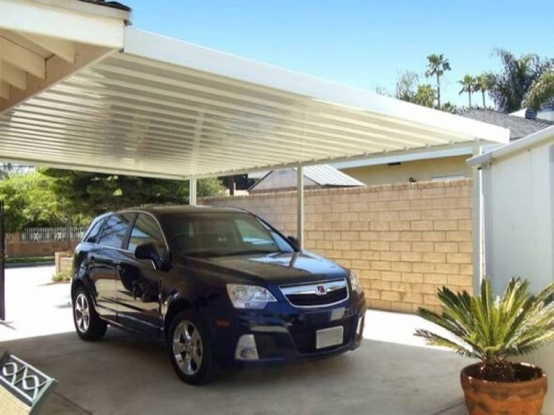Cobertura para garagem com telhas de aço galvanizado branco.