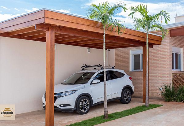 Cobertura para garagem com estrutura de madeira.