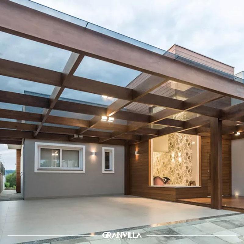 Telhado com estrutura de madeira e vidro.