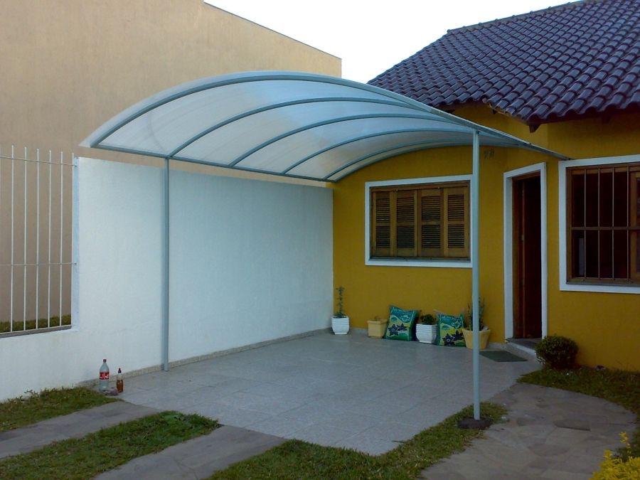 Estrutura metálica com telhado policarbonato.