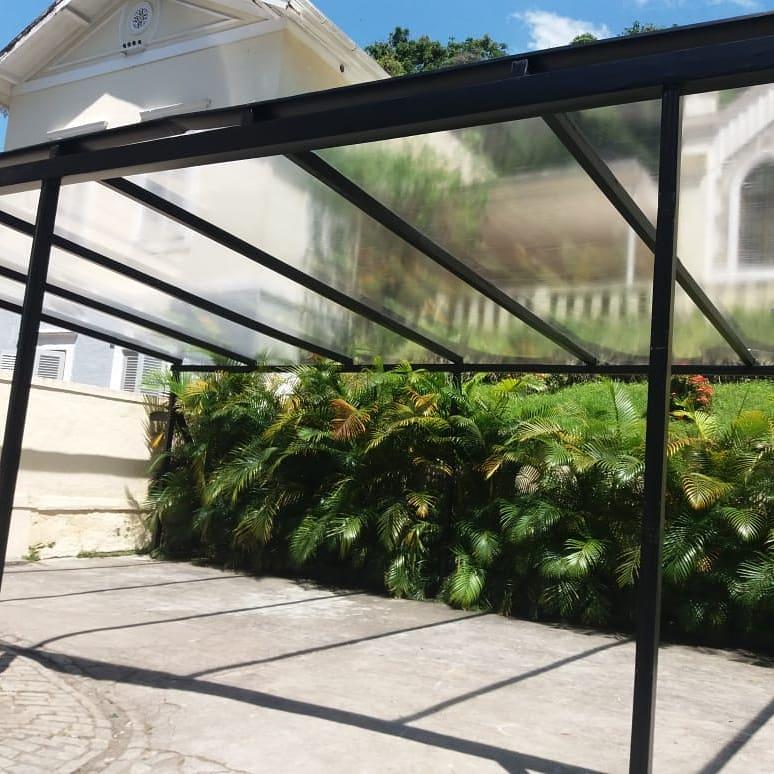 Área externa com estrutura metálica e acrílico.