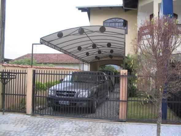 Cobertura para garagem com toldo cinza.