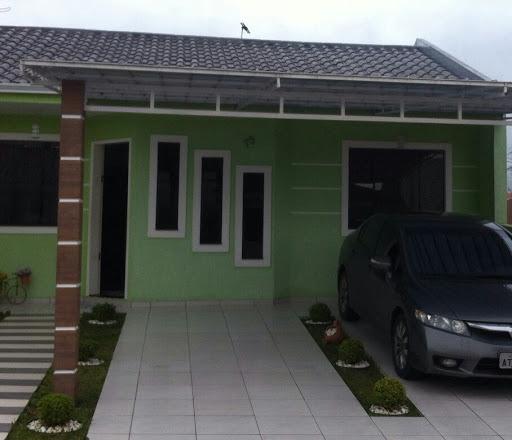 Casa simples com cobertura para garagem metálica.