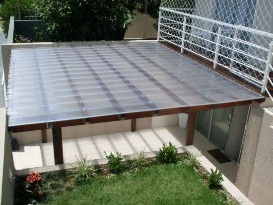 Telhado com estrutura de madeira e telhas de policarbonato.