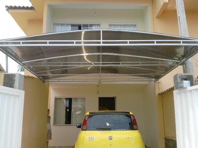 Cobertura para garagem com telhas de metálica.