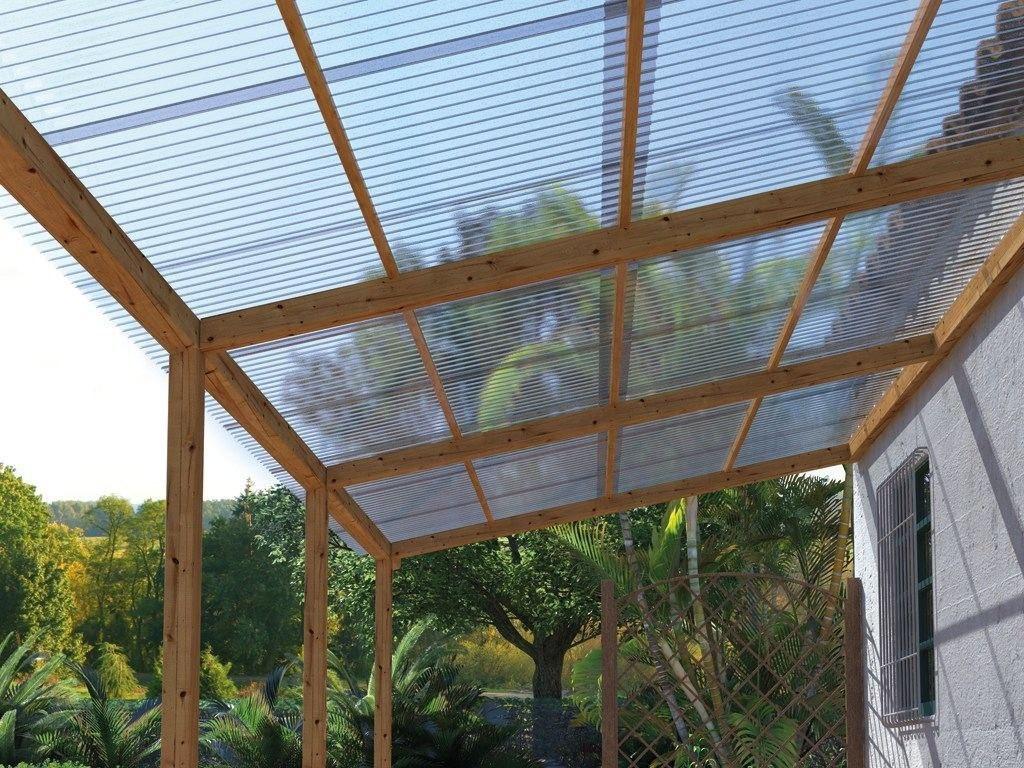 Estrutura de madeira rústica e telhas de policarbonato.