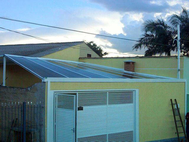Casa com cobertura para garagem de policarbonato.