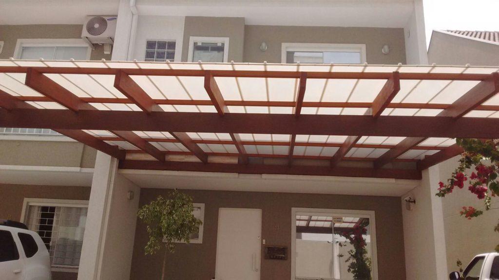 Casa simples com estrutura de madeira e telhas de policarbonato.