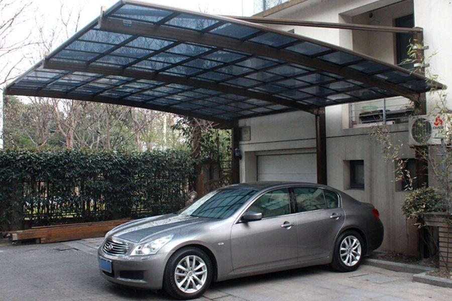 Cobertura para garagem moderna com policarbonato fumê.
