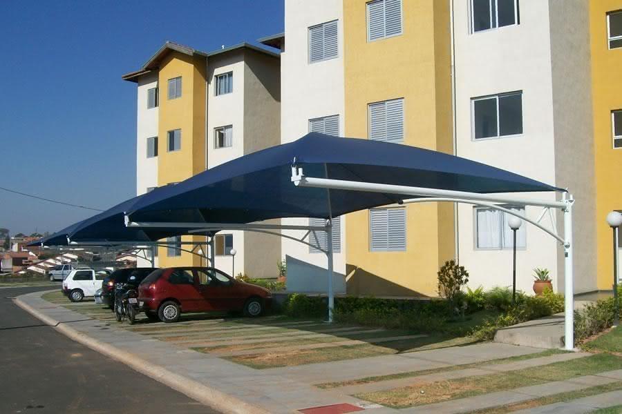 Cobertura para garagem com toldo azul.