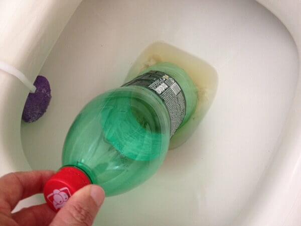 Vaso sanitário com garrafa pet.