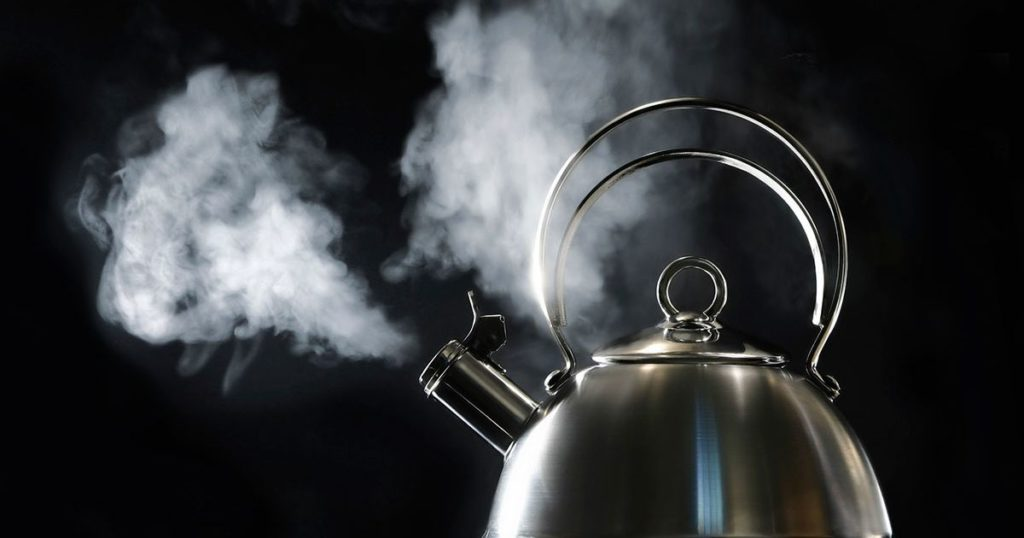 Bule com água fervendo.