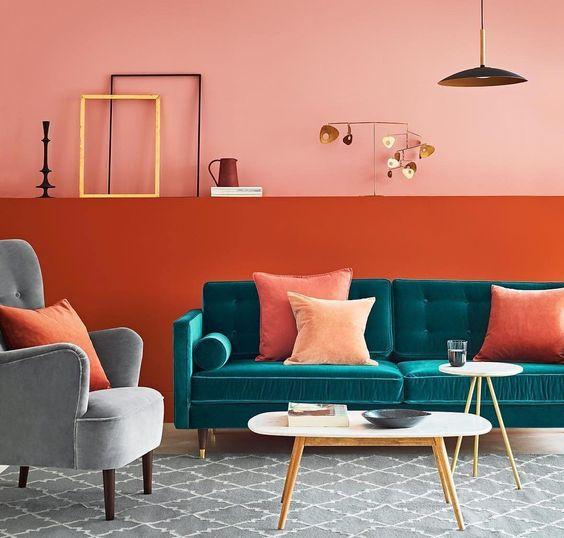 Sala moderna com parede laranja.