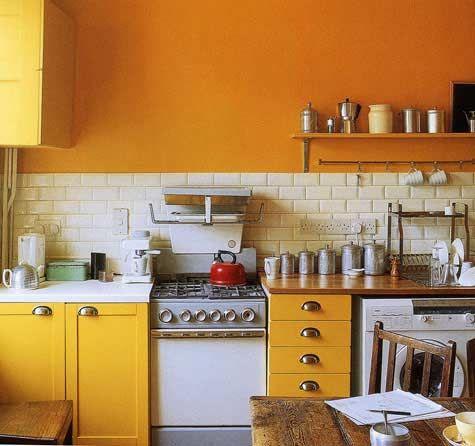 Cozinha amarela e laranja.