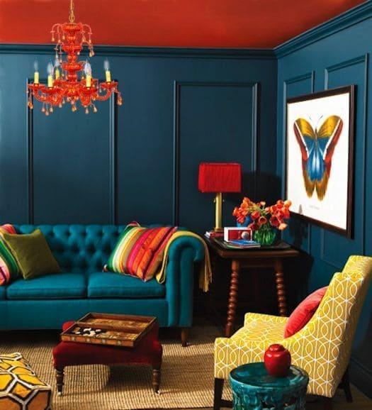 Sala moderna com parede azul e móveis amarelos.