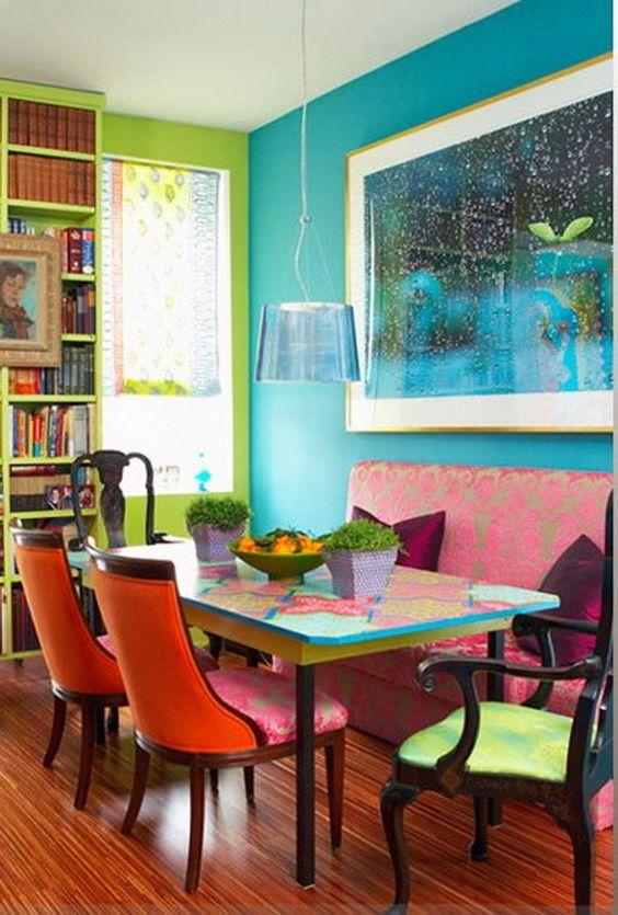 Sala de jantar colorida.
