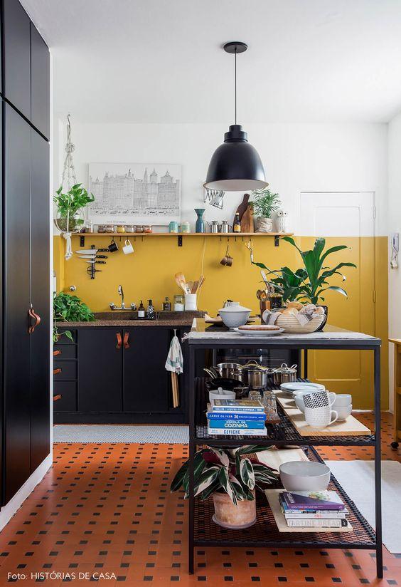 Cores de tintas para cozinha com armários pretos.