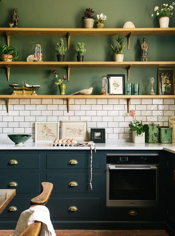 Cores de tintas para cozinha moderna com armário preto.