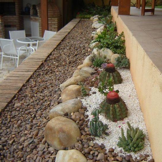Jardim de pedras de rio com cactos.