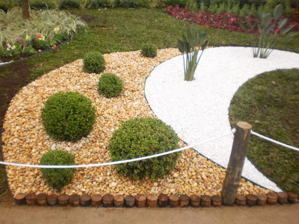 Jardim misto com seixos naturais.