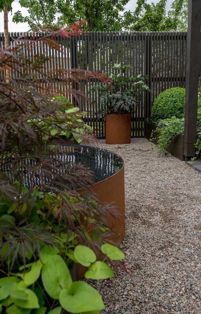Jardim moderno com pedras de brita.