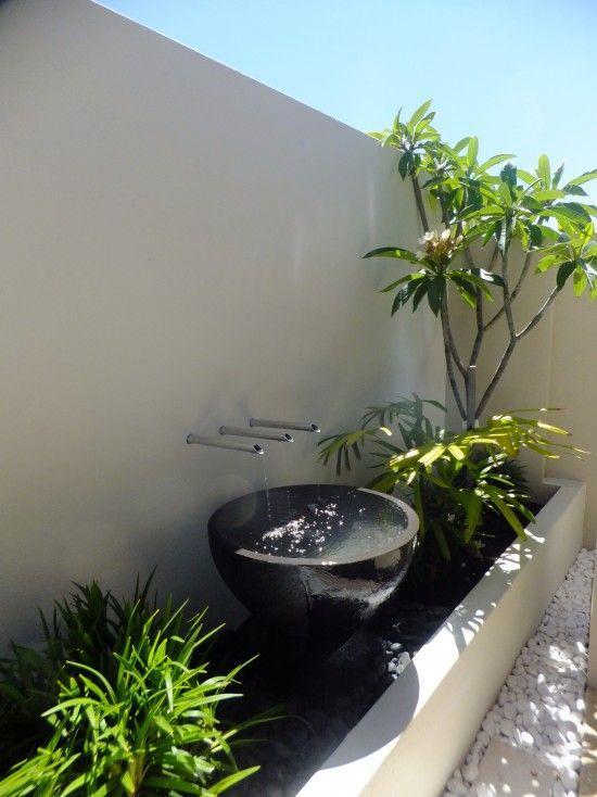 Jardim com dolomita branca e fonte.