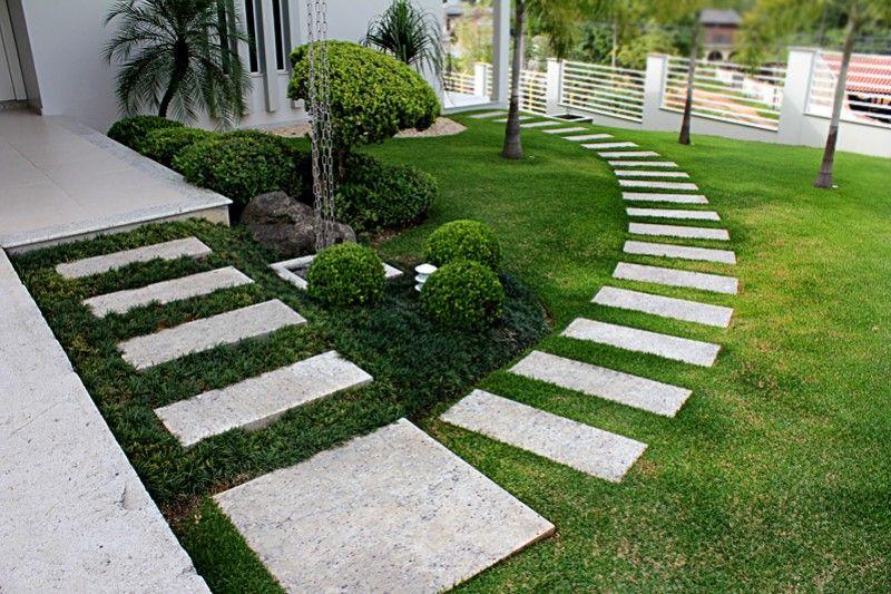 Jardim com placas de mármore.