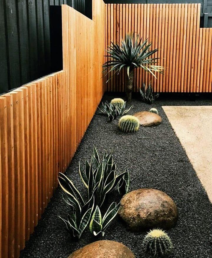Jardim moderno e elegante com pedra preta.