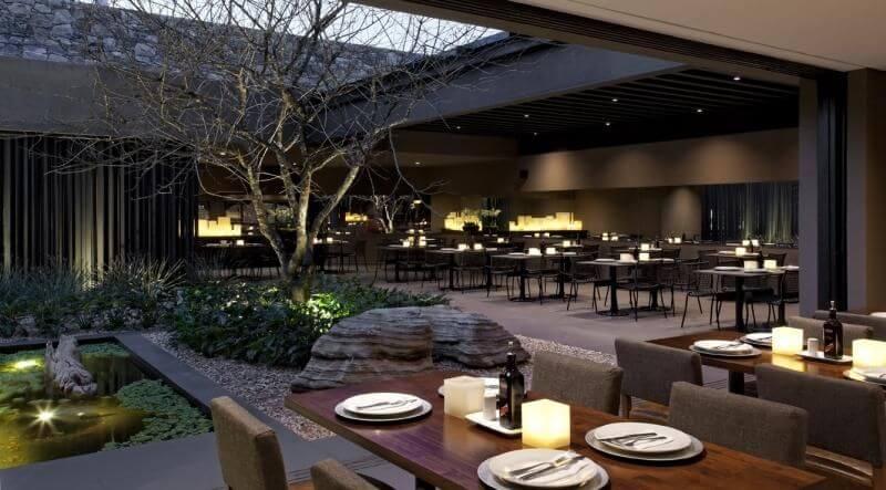 Restaurante sofisticado com jardim moderno.