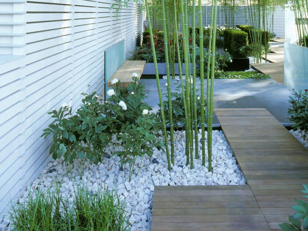 Jardim com pedras portuguesas e decoração zen.