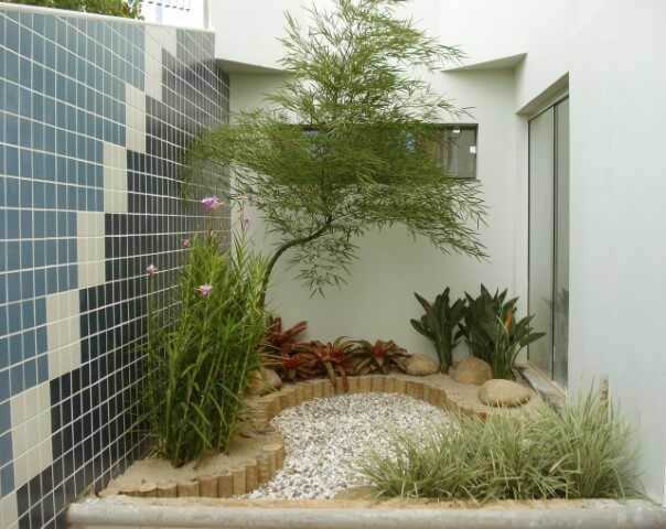 Jardim de inverno decorado com bambus.