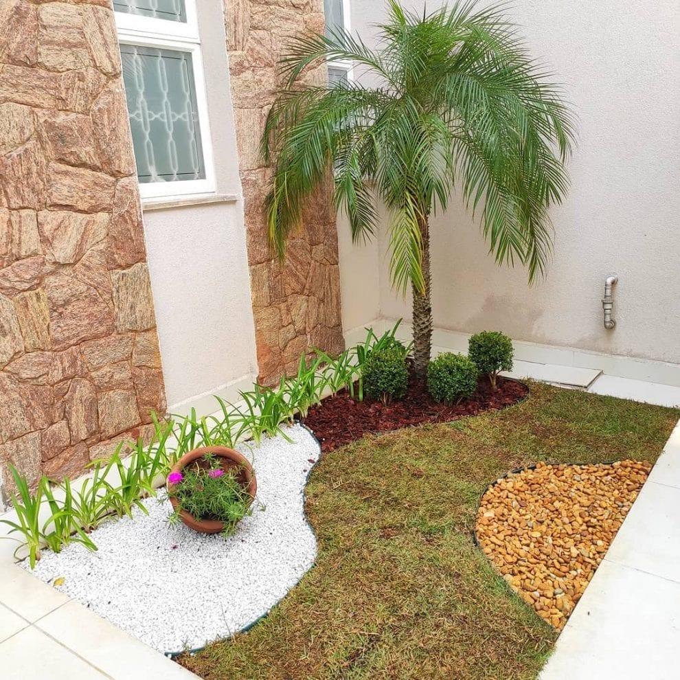 Jardim externo com pedras mistas.