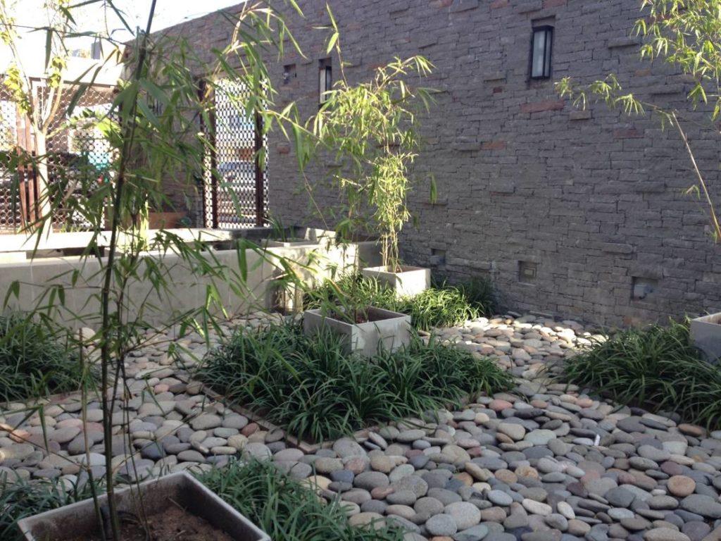 Jardim  moderno com pedra de rio.