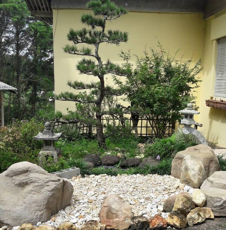 Área externa com decoração oriental.