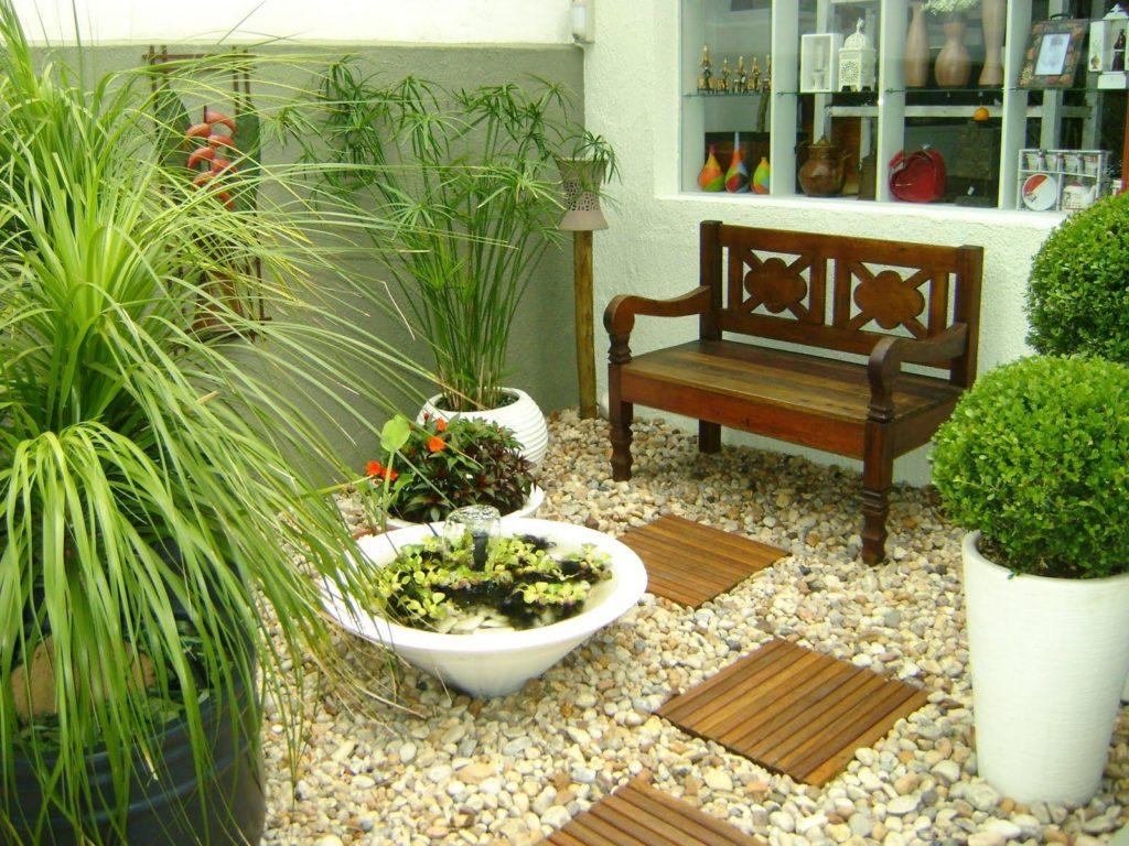 Jardim de inverno com banco de madeira.