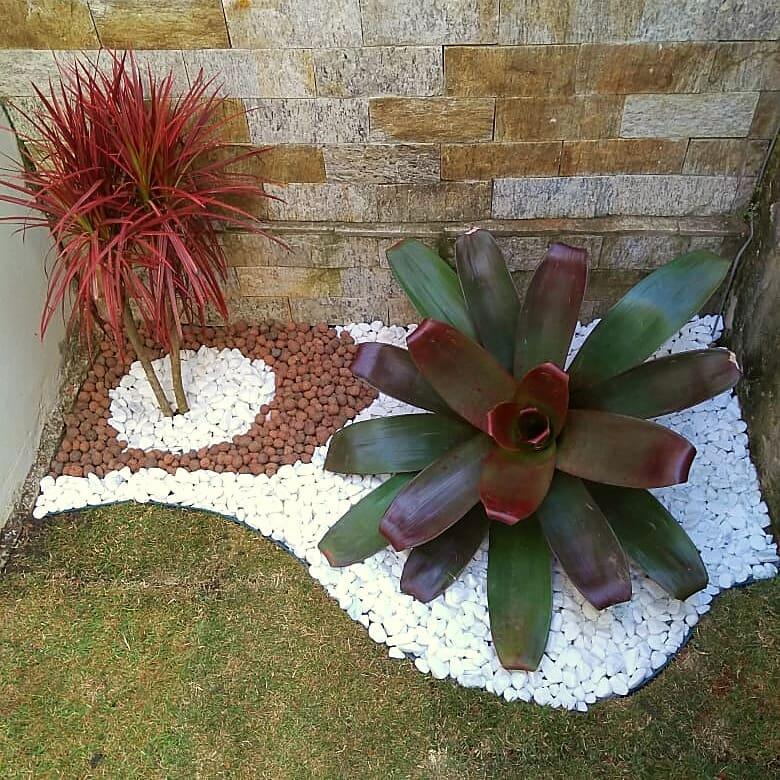 Jardim de inverno com argila expandida e bromélia.