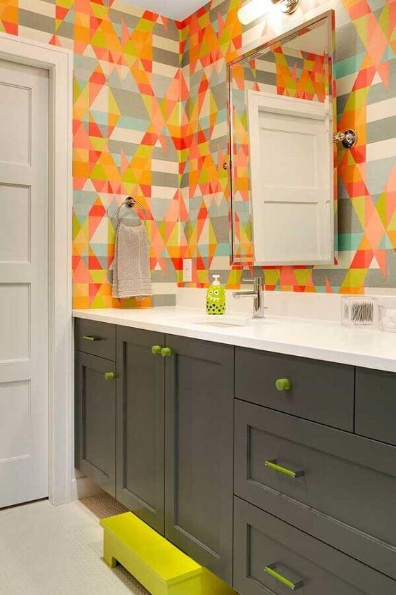 Papel de parede para banheiro colorido.