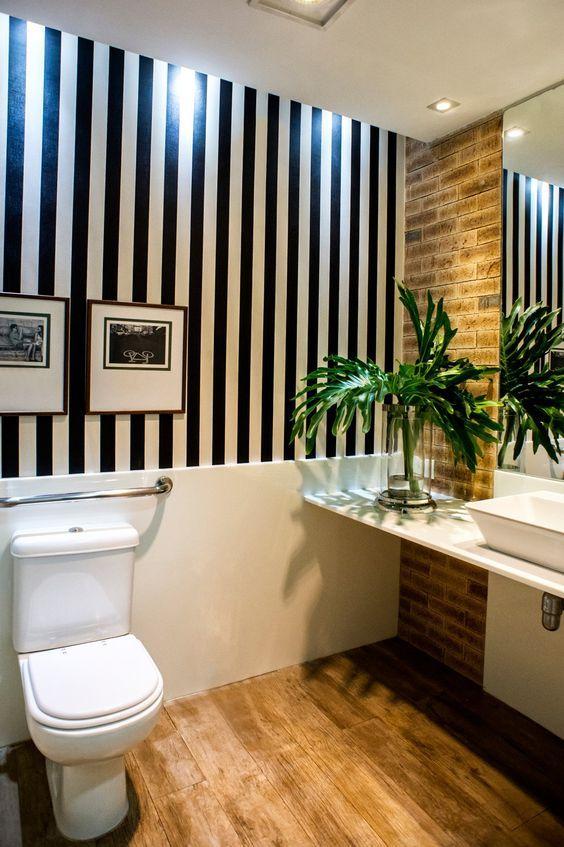 Papel de parede para banheiro preto e branco.