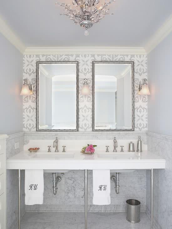 Papel de parede para banheiro luxuoso.