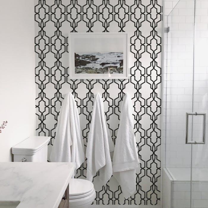 Papel de parede para banheiro geométrico. preto e branco.