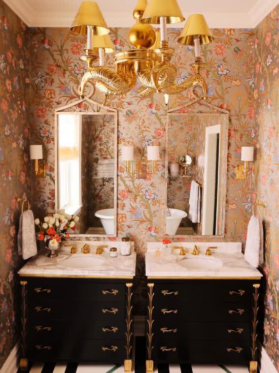 Papel de parede para banheiro floral.